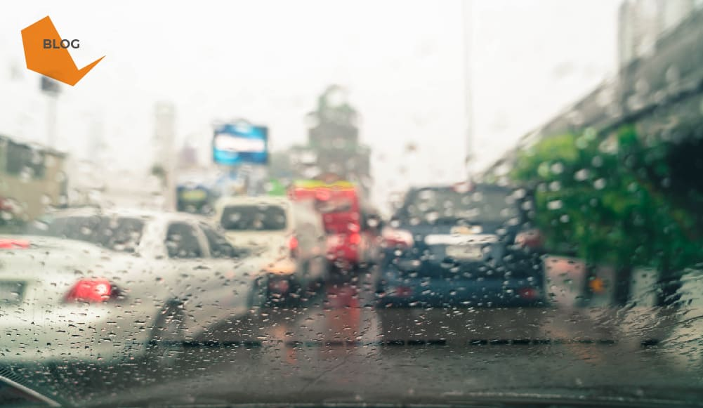As chuvas causaram muitos estragos no estado de São Paulo. Apenas na capital, além da destruição, foram 12 mortes. O número de pessoas que perdeu casas e automóveis nas enchentes é alto. Infelizmente ninguém espera que isso aconteça e muita gente esquece a prevenção. Quem possui um seguro, tanto para carro, quanto para imóvel, opta pelas coberturas mais básicas, muitas vezes, visando apenas o preço. E de uma forma geral, esse tipo de proteção não vai ressarcir perdas causadas pelos temporais. É o contratante quem escolhe os serviços que deseja. Cabe ao segurador apresentar todas as possibilidades e deixar claro ao cliente todos os pontos, inclusive preços, condições de pagamento e retorno das indenizações em caso de necessidade. Alagamento, enchente e inundação são a mesma cobertura? Não. Fique atento também aos termos na hora de fechar um contrato. Essas palavras não dizem respeito ao mesmo produto, portanto, uma cobertura não necessariamente engloba a outra. A inundação é referente ao transbordamento dos rios; alagamento ao acúmulo de água por falta de drenagem; enchente ao aumento no nível da água por conta das chuvas. Antes de fechar qualquer acordo, verifique se tudo o que foi pedido consta no documento. Como funciona a cobertura para enchentes, alagamentos e inundações? - Seguro residencial: normalmente os planos mais básicos cobrem apenas incêndios, raios e explosões. Se você quer amparo quanto a alagamentos, enchentes e inundações é preciso optar por uma proteção avançada ou inserir novas coberturas ao contrato atual. Converse com o seu corretor e veja a melhor forma de fazer o negócio. Se ficar comprovado que o indivíduo deixou janelas e portas abertas durante as chuvas, o valor não é ressarcido. - Seguro auto: não difere muito. As abrangências mais básicas cobrem apenas danos de roubo e incêndio. É possível incluir garantias adicionais de outros tipos de problemas, como os causados pelas águas. Quanto mais serviços, maior o preço. Um ponto de atenção é que